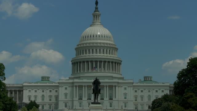 vídeos y material grabado en eventos de stock de cúpula del capitolio de estados unidos y la estatua de grant tilt up en washington, dc - 4k/uhd - ulysses s grant