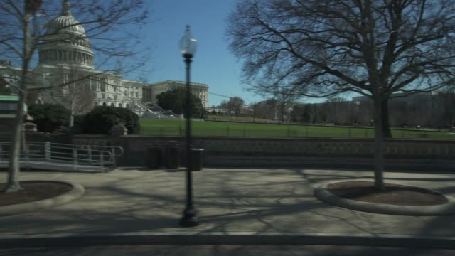 stockvideo's en b-roll-footage met united states capitol east drive-by in washington, dc - senaat verenigde staten