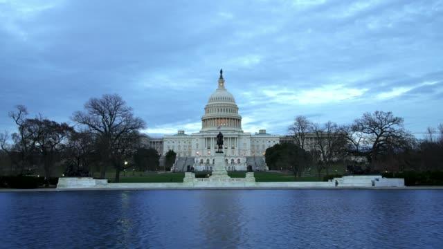 United States Capitol Westen über Widerspiegelnder Teich bei Sonnenuntergang Dämmerung in Washington, DC
