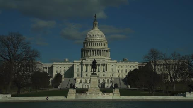 vídeos y material grabado en eventos de stock de oeste de capitol de estados unidos y la estatua de general grant en la piscina de reflexión en washington, dc - ulysses s grant