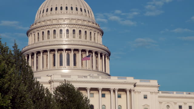 united states capitol west dome close up with american flag in washington, dc - us senat stock-videos und b-roll-filmmaterial