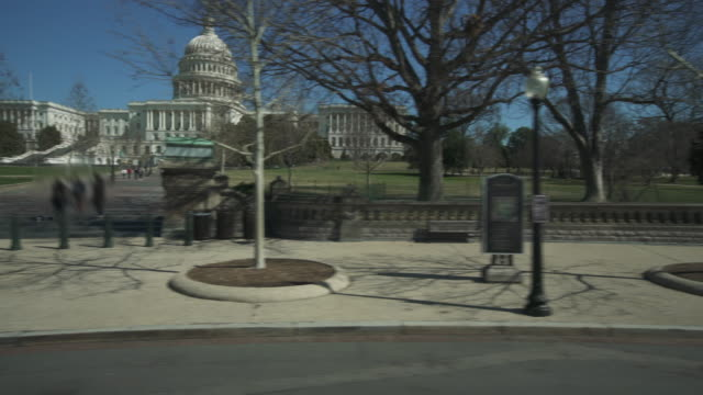 vidéos et rushes de united states capitol west lawn drive par à washington, dc - 4k/uhd - conducteur métier