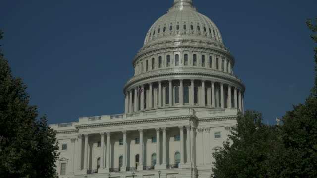 stockvideo's en b-roll-footage met united states capitol west loopbrug in washington, dc - 4k/uhd - congreslid