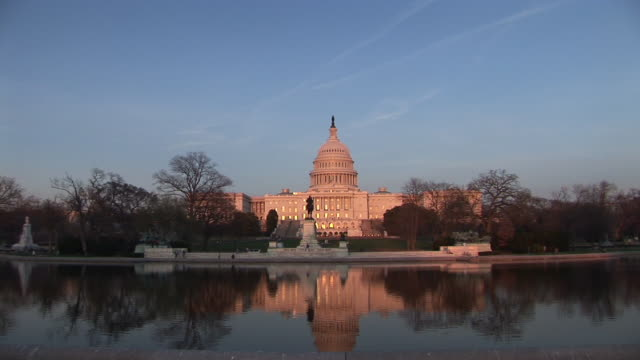 vidéos et rushes de ws, united states capitol with reflecting pool in foreground at sunset, washington, dc, washington, usa - style néoclassique