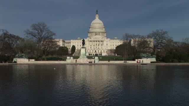 ws, united states capitol with reflecting pool in foreground, washington, dc, washington, usa - 新古典派点の映像素材/bロール