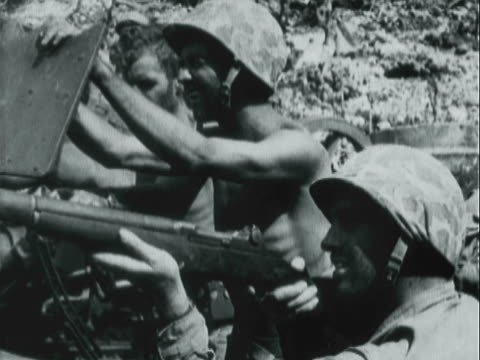 vidéos et rushes de montage united states marines marching on the battlefield and on the shore and riding in tanks and double exposure of soldiers and american flag / south pacific - seconde guerre mondiale