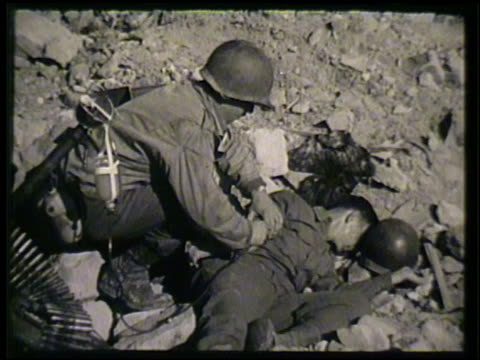 vídeos de stock, filmes e b-roll de united states medic preparing performing blood plasma transfusion for wounded soldier lying on ground int vs female medic setting up blood plasma... - sangue humano