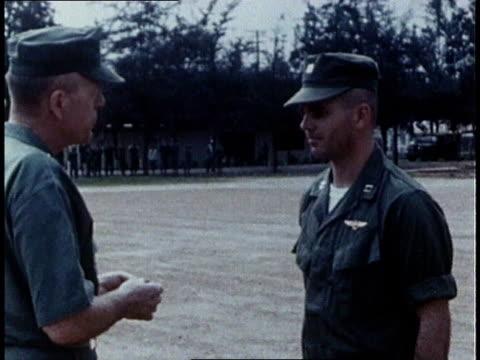 vidéos et rushes de united states navy fourstar general decorating a soldier - officier grade militaire