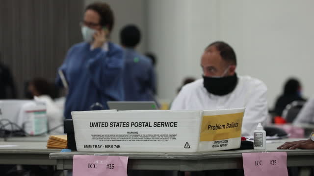 vídeos de stock e filmes b-roll de united states postal service container with absentee ballots during votes counting in tcf center in detroit, michigan, u.s., wednesday, november 4,... - escrutínio