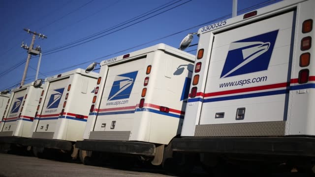 united states postal service office organizes mail in shelbyville, kentucky, u.s., on thursday, december 22, 2016 shots: shot of many pieces of mail... - postamt stock-videos und b-roll-filmmaterial