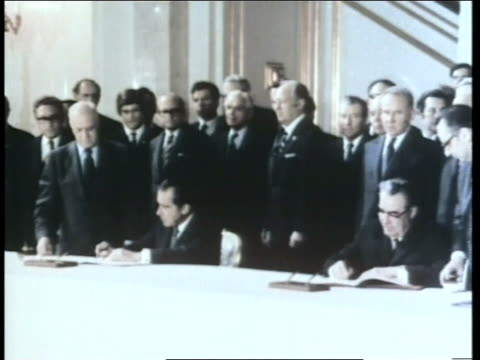 vídeos de stock e filmes b-roll de united states president richard nixon and soviet president leonid brezhnev sign the salt i treaty for nuclear disarmament in moscow russia - leonid brezhnev