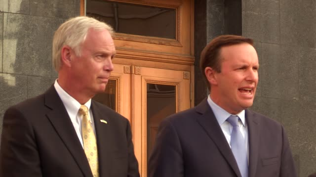 united states senator chris murphy and united states senator ron johnson speak to journalists after their meeting with ukrainian president volodymyr... - 上院議員点の映像素材/bロール