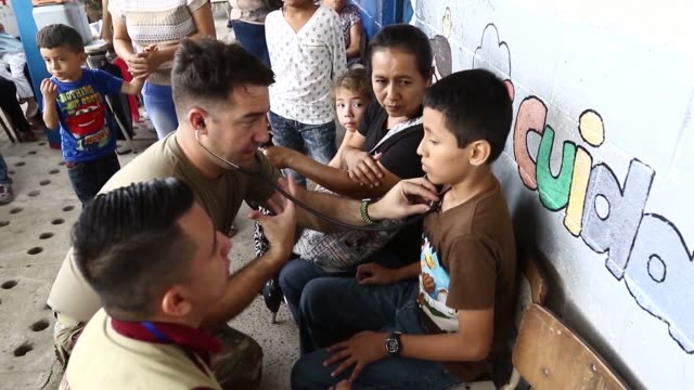 vídeos de stock, filmes e b-roll de united states service members work alongside el salvadoran military personnel at beyond the horizon 2018 members of the illinois army reserve's 330th... - pediatra