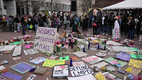 """vidéos et rushes de united states - : sign reads, 365 days, no justice, no peace,"""" as protesters gather for a memorial event at jefferson square park to mark the one... - injustice"""