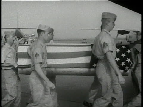 united states soldiers carry a flagdraped coffin and load it onto an airplane - 棺点の映像素材/bロール
