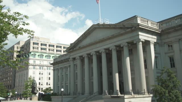 finanzministerium der vereinigten staaten in washington, dc - 4k/uhd - kippen nach oben - us finanzministerium stock-videos und b-roll-filmmaterial