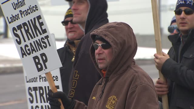 united steelworkers on strike at bp whiting refinery on february 08 2015 in whiting indiana - fackförbund bildbanksvideor och videomaterial från bakom kulisserna