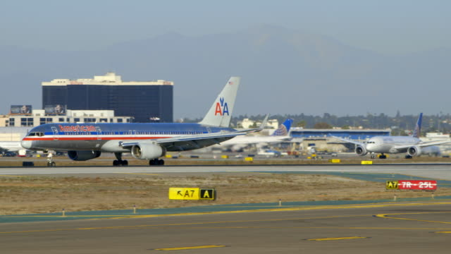 Unites Airlines B-787 overtakes AA B-757 on take-off from LAX, daytime
