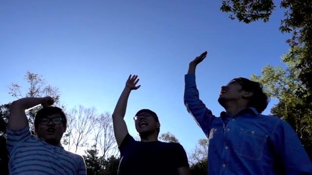 3 人の友人が付いている手の団結の誓い山 - 忠誠点の映像素材/bロール