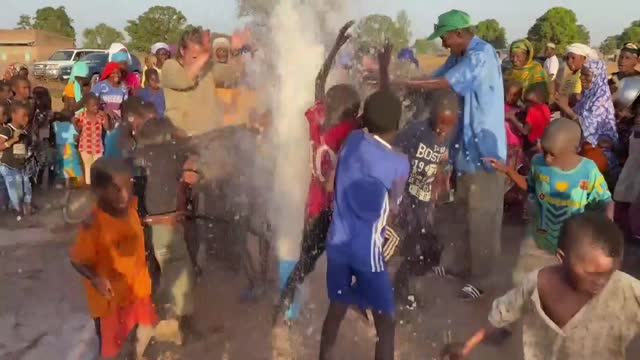 vidéos et rushes de universal, an organization that fights droughts in africa, opens water wells in settlements and establishes smart villages with the support of... - mar