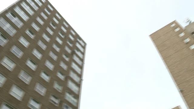 vídeos de stock e filmes b-roll de government may reduce waiting time to four weeks as pressure grows t11081701 / tx 1182017 peckham ext blocks of flats on ledbury estate pan - peckham