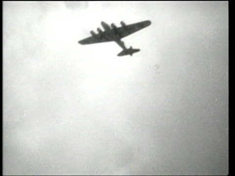 """universal newsreel. a b-17 """"flying fortress"""" flies across the united states in 9 hours. - 1939 stock-videos und b-roll-filmmaterial"""
