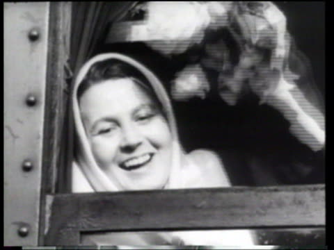 vídeos de stock e filmes b-roll de a train transports long time soviet prisoners into austria - 1955