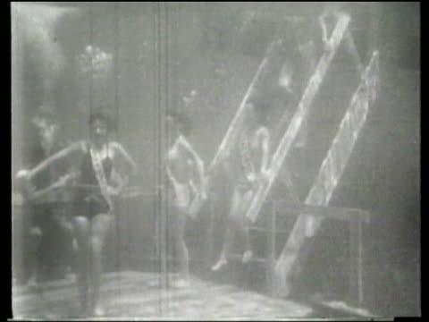 vidéos et rushes de contestants participate in an underwater bathing beauty contest in a florida spring. - concurrent
