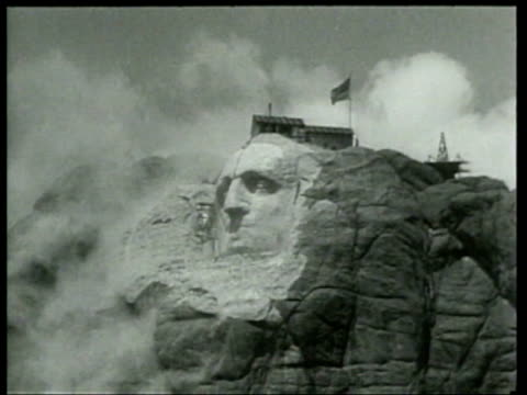 vidéos et rushes de dynamite blasts shape the heads of us presidents at mount rushmore in south dakota - monument national du mont rushmore