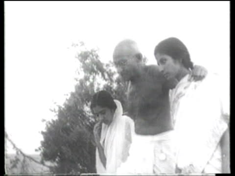 stockvideo's en b-roll-footage met followers listen to india's spiritual leader mahatma gandhi for guidance. - mahatma gandhi