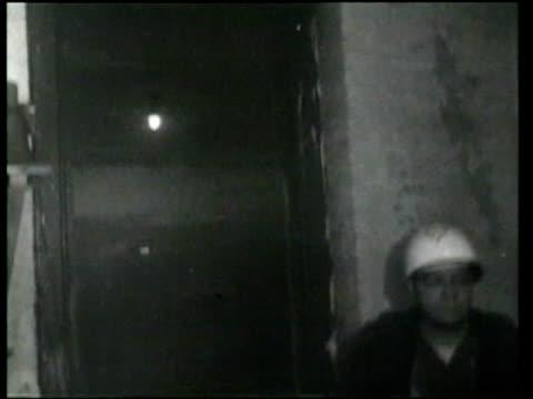 vídeos de stock, filmes e b-roll de new york city conducts a bomb drill for a simulated atomic attack. - planejamento de emergências