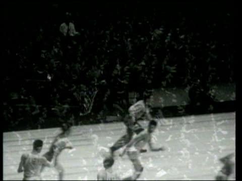 vídeos de stock, filmes e b-roll de defeats notre dame 52-43 in a college basketball game at madison square garden. - liga esportiva