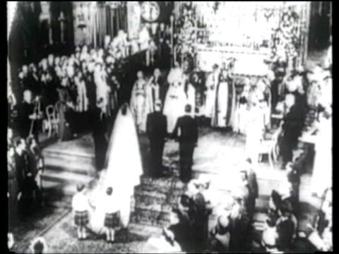 stockvideo's en b-roll-footage met princess elizabeth and prince phillip marry at westminster abbey, london; 20 nov 1947 - westminster abbey