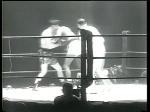 sugar ray robinson defeats francis jean stock in his european boxing debut in paris - ニュース映画点の映像素材/bロール