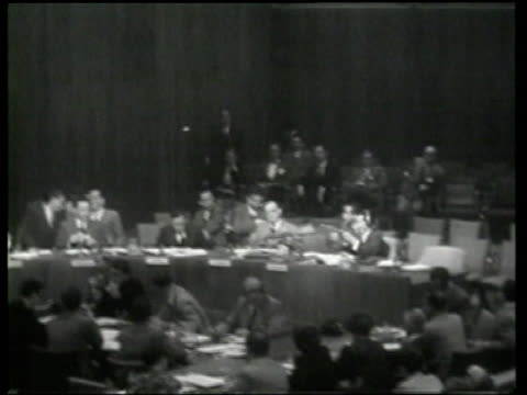 the un security counsel examines a soviet machine gun david rice atchison addresses the united nations general assembly requesting peace - ニュース映画点の映像素材/bロール