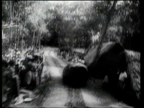 vídeos de stock e filmes b-roll de general douglas macarthur meets with jungle fighters, diggers, and army air corps crews as he visits new guinea. - ponte suspensa