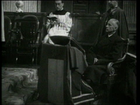 vidéos et rushes de wladyslaw raczkiewicz, polish president in exile, attends a church service in paris, then departs as a military officer. - prêtre