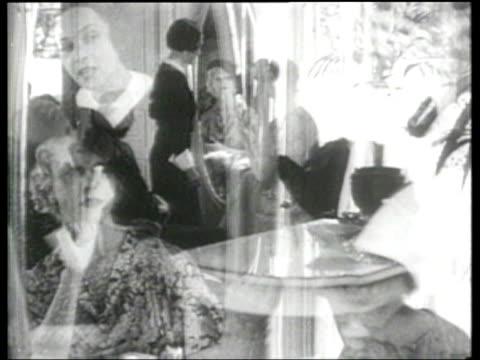 vídeos de stock, filmes e b-roll de women pose with stylish hats in paris - 1930