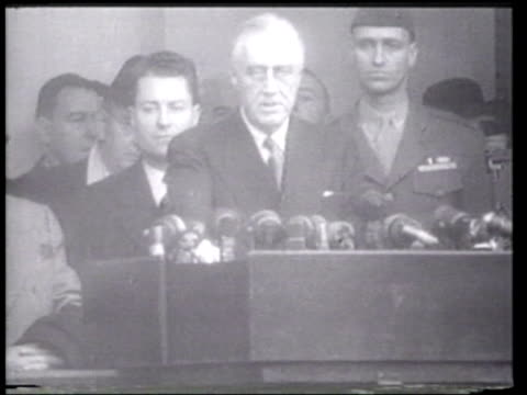 wounded soldiers and other citizens listen as president franklin delano roosevelt promises peace in his inaugural speech - ニュース映画点の映像素材/bロール