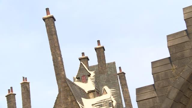 universal studios hollywood: the wizarding world of harry potter - hogsmeade village b-roll - harry potter titolo d'opera famosa video stock e b–roll