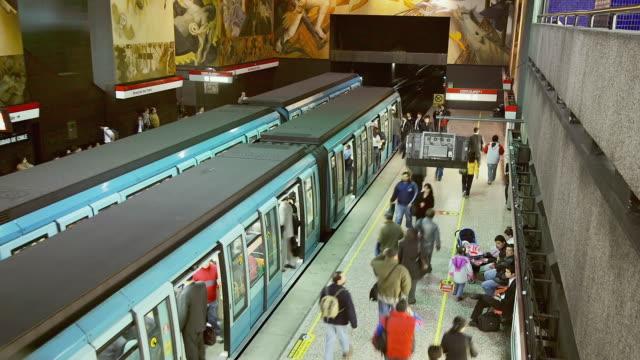 t/l, ms, ha, universitad de chile subway station, chile - chile stock-videos und b-roll-filmmaterial