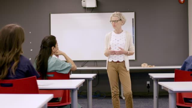 vídeos de stock, filmes e b-roll de estudantes de enfermagem da universidade que sentam-se na palestra - ensino superior