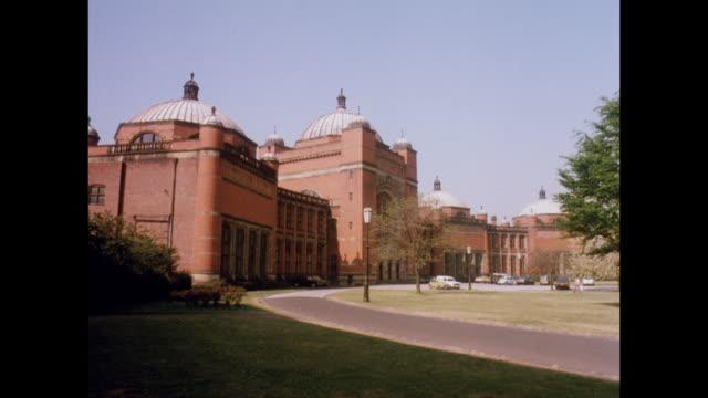 1981 - university of birmingham, uk - ウエストミッドランズ点の映像素材/bロール