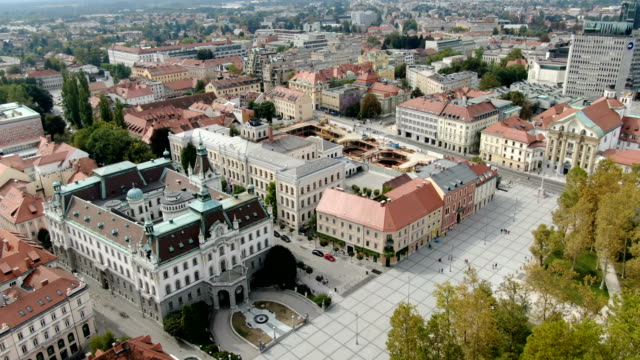 vidéos et rushes de university of ljubljana, capital city of slovenia. old historic town and medieval castle/ aerial - ljubljana