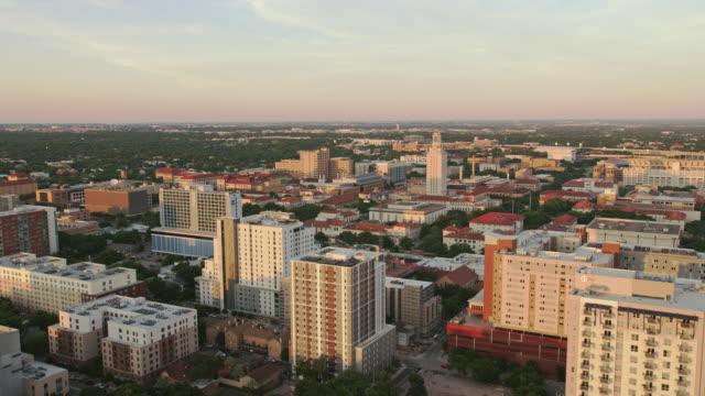 vidéos et rushes de aerial university of texas à austin en couchant le soleil - texas