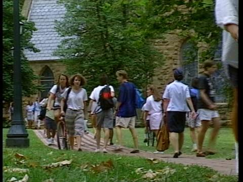 university of virginia college students walk across campus. - バージニア大学点の映像素材/bロール