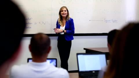 vídeos y material grabado en eventos de stock de profesor universitario presenta clase sin aula - maestro