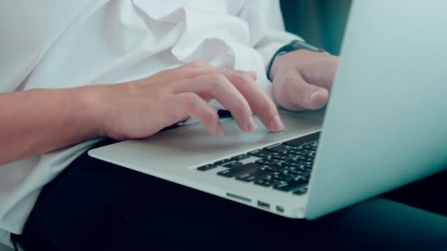 Studentenstudenten der Universität mit Laptop zu Hause