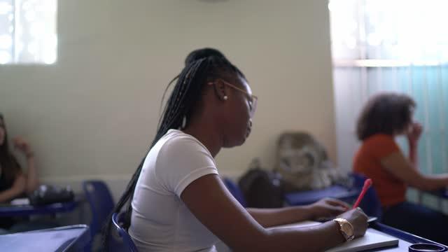 大学の学生が試験を受け、教室で勉強する - 講義室点の映像素材/bロール