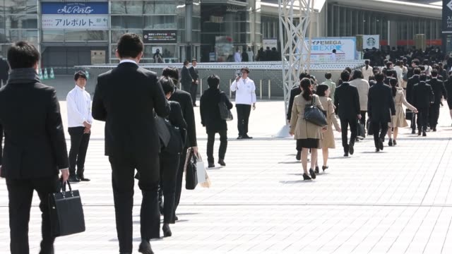 vídeos de stock e filmes b-roll de university students arrive for a job fair hosted by mynavi corp in tokyo japan on sunday march 20signage for a job fair stands on displayuniversity... - feira de emprego